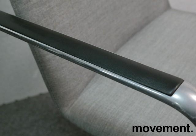 Konferansestol i grått stoff fra Brunner, modell Fina Soft med armlene, pent brukt bilde 5