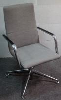 Konferansestol i grått stoff fra Brunner, modell Fina Soft med armlene, pent brukt