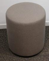 Loungemøbel / Sittepuff fra Johanson Design, Ø=38cm, H=43cm, grått stoff, pent brukt