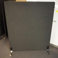 Frittstående skillevegg fra Götessons i sort stoff, 120x145cm, pent brukt