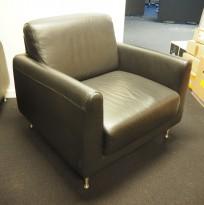 Loungestol i sort skinnimitasjon, 85x85cm, høyde 82cm, brukt
