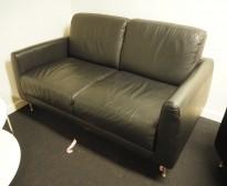 2-seter sofa i sort skinnimitasjon, 145x85cm, høyde 82cm, brukt