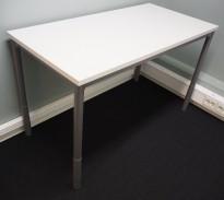 Skrivebord i lys grå fra Martela, 120x60cm, pent brukt