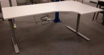Kinnarps Oberon hevsenk skrivebord, i hvitt / grått 200x120cm, høyreløsning, pent brukt understell, ny plate
