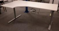 Kinnarps Oberon hevsenk skrivebord, i hvitt / grått 200x120cm, venstreløsning, pent brukt understell, ny plate