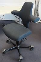 Håg Capisco i koksgrått stoff, rett sete, kryss i sort, pent brukt