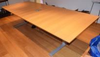 Møtebord i eik finer, grå T-føtter, 300x120cm, kabelluke, passer 10-12 personer, pent brukt