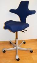 Ergonomisk kontorstol fra Håg: Capisco 8106, marineblått stoff / grått fotkryss, 69cm maxhøyde, pent brukt