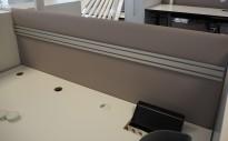 Bordskillevegg / skjermvegg for skrivebord fra Svenheim , lys gråbeige stoff, 160x67cm, pent brukt