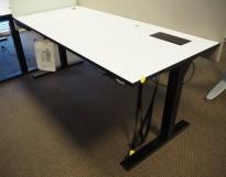 Skrivebord med elektrisk hevsenk i hvitt / sort fra Svenheim, 180x80cm, pent brukt