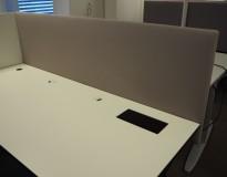 Bordskillevegg / skjermvegg for skrivebord fra Svenheim , lys gråbeige stoff, 180x67cm, pent brukt