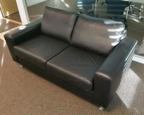 2-seter sofa i sort skinn fra Bolia, modell Milano, bredde 160cm, pent brukt