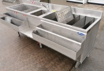 Arbeidsbenk / barmodul i rustfritt stål, med spritrack / flaskerack, kum og brønner, 210cm bredde, pent brukt