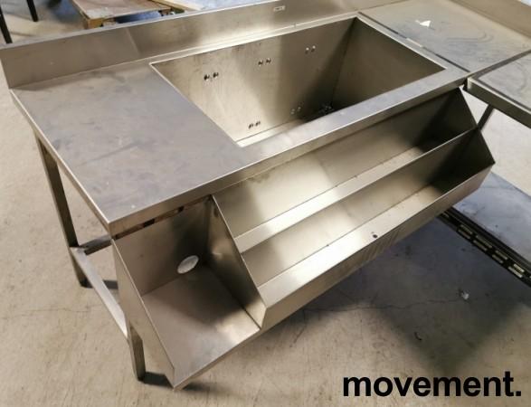 Arbeidsbenk hjørne / barmodul i rustfritt stål, med spritrack / flaskerack, kum og brønner, 185x249cm, pent brukt bilde 4