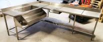 Arbeidsbenk hjørne / barmodul i rustfritt stål, med spritrack / flaskerack, kum og brønner, 185x249cm, pent brukt
