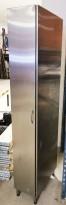 Smalt høyskap i rustfritt stål for storkjøkken, venstrehengslet dør, 31,5cm bredde / 60 dybde, 210cm høyde, pent brukt