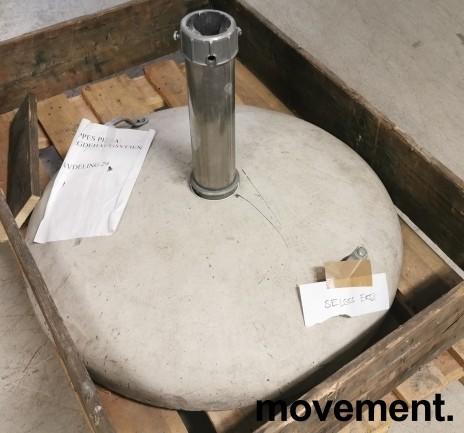 Solid, stor og tung parasollfot i betong, Ø=80cm,  passer opp til ca 70mm stang, pent brukt bilde 6