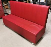 Loungesofa for kafe el.l. i rødt kunstskinn fra Domingo, 190cm bredde, på hjul, pent brukt