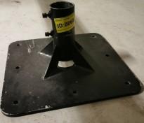 Solid parasollfot i metall, tykt platestål, 50x50cm, opp til 75mm stolpetykkelse, pent brukt