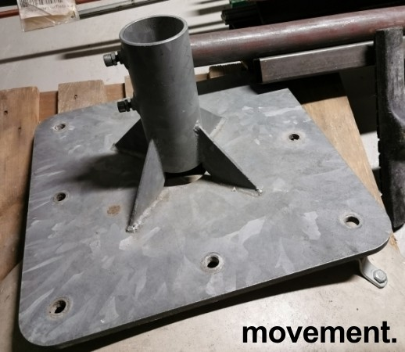 Solid parasollfot i galvanisert metall, tykt platestål, 50x50cm, opp til 75mm stolpetykkelse, pent brukt
