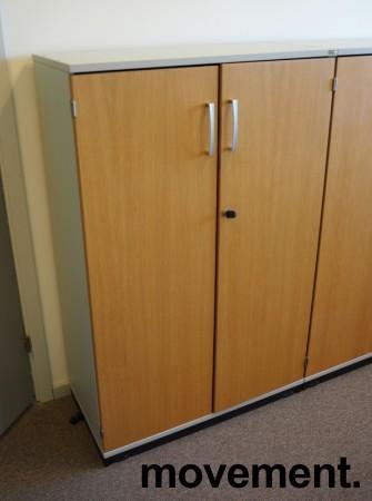 Kinnarps E-serie skap, dører i eik finer, skrog i lys grå, 3 permhøyder, bredde 80cm, høyde 125cm, pent brukt bilde 2