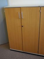 Kinnarps E-serie skap, dører i eik finer, skrog i lys grå, 3 permhøyder, bredde 80cm, høyde 125cm, pent brukt