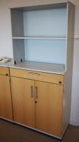Skap / reol i lys grå / eik front, Kinnarps E-serie, 4 høyder og skuff, bredde 80cm, høyde 177cm, pent brukt