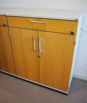 Kinnarps skap med dører og skuff i lys grå / eik front, 2 permhøyder + skuff, 80cm bredde, 99cm høyde, pent brukt