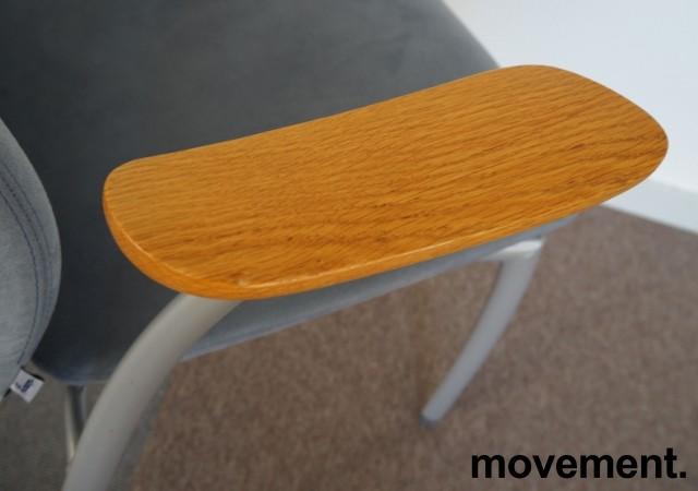Møteromsstol fra Kinnarps, mod Plus 375 i lys blå mikrofiber / grålakkert metall / eik armlene, pent brukt bilde 3