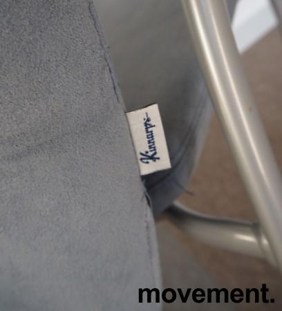 Møteromsstol fra Kinnarps, mod Plus 375 i lys blå mikrofiber / grålakkert metall / eik armlene, pent brukt bilde 4