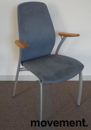 Møteromsstol fra Kinnarps, mod Plus 375 i lys blå mikrofiber / grålakkert metall / eik armlene, pent brukt bilde 1