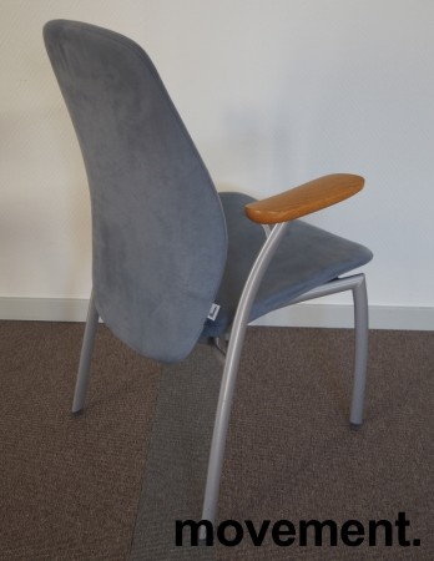 Møteromsstol fra Kinnarps, mod Plus 375 i lys blå mikrofiber / grålakkert metall / eik armlene, pent brukt bilde 2