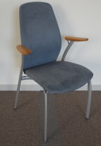 Møteromsstol fra Kinnarps, mod Plus 375 i lys blå mikrofiber / grålakkert metall / eik armlene, pent brukt