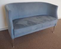Kinnarps Arriba 2-seter sofa, lyst blått mikrofiberstoff, 120cm bredde, pent brukt