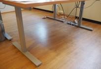 Understell for skrivebord med elektrisk hevsenk i grålakkert stål fra Linak / IDT, passer plater 180cm, pent brukt