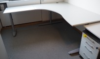 Kinnarps hjørneløsning skrivebord i lys grå, 180x200cm, sving på venstre side, T-serie, pent brukt