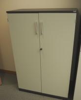 Kinnarps E-serie skap, dører i lys grå, skrog i mørk grå, 3 permhøyder, bredde 80cm, høyde 125cm, pent brukt