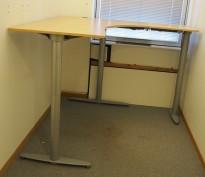 Kinnarps elektrisk hevsenk hjørneløsning skrivebord i bøk, 180x180cm, sving på høyre side, T-serie, noe slitasje i plater