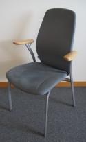 Møteromsstol fra Kinnarps, mod Plus 375 i lys blå mikrofiber / grålakkert metall / bøk armlene, pent brukt