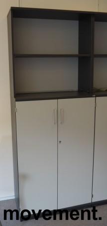 Skap / reol i mørk grå / lys grå front, Kinnarps E-serie, 5 høyder, bredde 80cm, høyde 203cm, pent brukt bilde 1