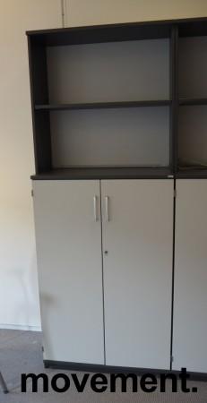 Skap / reol i mørk grå / lys grå front, Kinnarps E-serie, 5 høyder, bredde 80cm, høyde 203cm, pent brukt bilde 2
