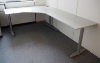 Kinnarps hjørneløsning skrivebord i lys grå, 160x240cm, sving på høyre side, T-serie, pent brukt