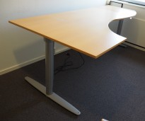 Kinnarps elektrisk hevsenk hjørneløsning skrivebord i bøk, 240x120cm, sving på venstre side, T-serie, pent brukt