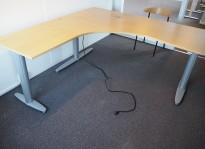 Kinnarps elektrisk hevsenk hjørneløsning skrivebord i bøk, 180x180cm, sving på venstre side, T-serie, noe slitasje i plater