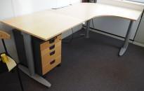 Kinnarps elektrisk hevsenk hjørneløsning skrivebord i bøk, 220x140cm, T-serie, pent brukt