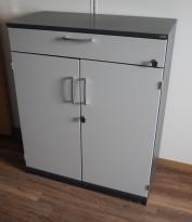 Kinnarps skap med dører og skuff i mørk grå / lys grå front, 2 permhøyder + skuff, 80cm bredde, 99cm høyde, pent brukt