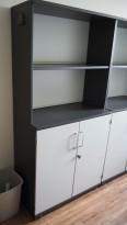 Skap / reol i mørk grå / lys grå front, Kinnarps E-serie, 4 høyder, bredde 80cm, høyde 164cm, pent brukt