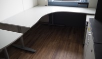 Kinnarps hjørneløsning skrivebord i lys grå, 180x200cm, sving på høyre side, T-serie, pent brukt