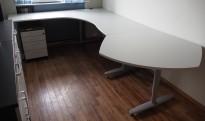 Kinnarps hjørneløsning skrivebord i lys grå, 295x200cm, sving på venstre side, T-serie, pent brukt