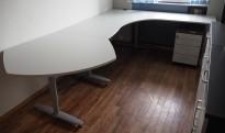Kinnarps hjørneløsning skrivebord i lys grå, 295x200cm, sving på høyre side, T-serie, pent brukt